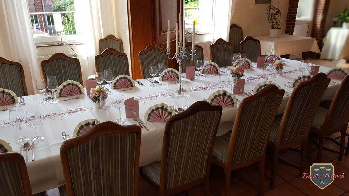 Clubraum Tisch seitlich Tafel creme grau altrosa
