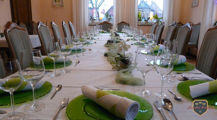 Clubraum Detail Platzteller weiß grün