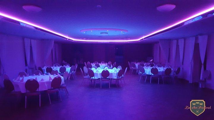 Saal runde Tische Schwarzlicht